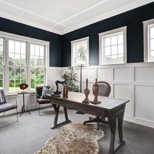 他の地域の大きいカントリー風おしゃれな書斎 (ベージュの壁、カーペット敷き、暖炉なし、自立型机、青い床) の写真