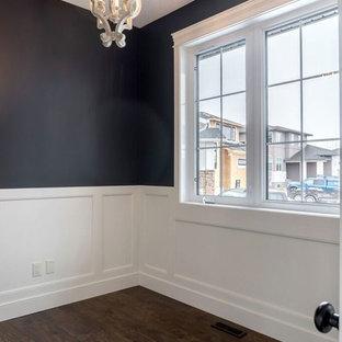 Immagine di un ufficio stile americano di medie dimensioni con pareti nere, pavimento in legno massello medio e pavimento marrone