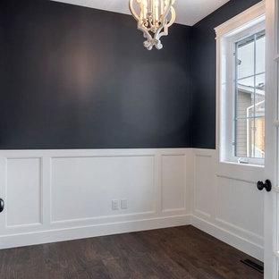Idee per un ufficio american style di medie dimensioni con pareti nere, pavimento in legno massello medio e pavimento marrone