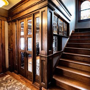 Ispirazione per un ufficio stile americano di medie dimensioni con pareti nere, parquet scuro, scrivania incassata e pavimento marrone