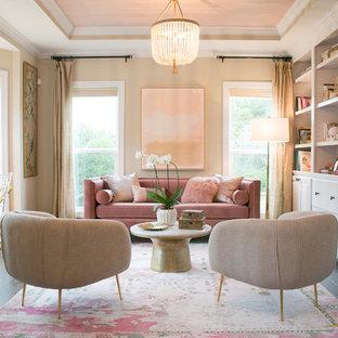 他の地域の大きいトランジショナルスタイルのおしゃれな書斎 (ベージュの壁、自立型机、茶色い床、濃色無垢フローリング、暖炉なし) の写真