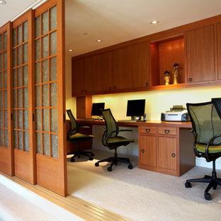 Esempio di un ufficio etnico di medie dimensioni con pareti bianche, moquette, nessun camino e scrivania incassata