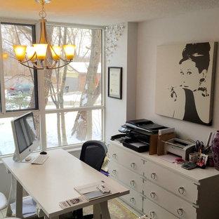 Foto di un piccolo atelier chic con pareti grigie, pavimento con piastrelle in ceramica, nessun camino e scrivania autoportante