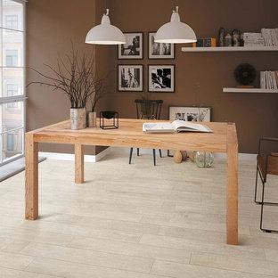 Esempio di un ufficio classico di medie dimensioni con pareti marroni, pavimento in gres porcellanato e scrivania autoportante