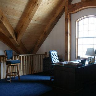 ミネアポリスの中サイズのラスティックスタイルのおしゃれな書斎 (カーペット敷き、自立型机、白い壁、暖炉なし、青い床) の写真