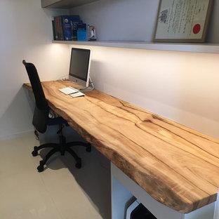 Ispirazione per un piccolo studio design con pareti bianche, pavimento in gres porcellanato, nessun camino e scrivania incassata