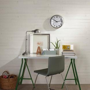 中サイズの北欧スタイルのおしゃれなアトリエ・スタジオ (白い壁、ラミネートの床、暖炉なし、自立型机、グレーの床) の写真