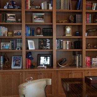 ミルウォーキーの広いビーチスタイルのおしゃれな書斎 (茶色い壁、無垢フローリング、自立型机、茶色い床、格子天井、パネル壁) の写真