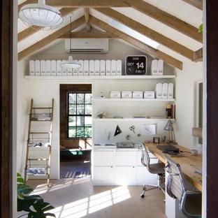 Idées déco pour un bureau campagne avec un mur blanc, un sol en bois clair et un bureau intégré.