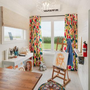 Exemple d'un petit bureau éclectique avec un sol en vinyl, un plafond en lambris de bois, un plafond voûté, un mur blanc, un bureau indépendant, un sol beige et du lambris de bois.