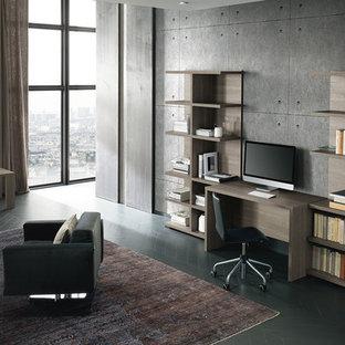 Idee per un grande ufficio contemporaneo con pareti grigie, pavimento in legno verniciato, camino classico, cornice del camino in pietra, scrivania autoportante e pavimento grigio