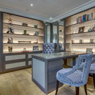 Неиссякаемый источник вдохновения для домашнего уюта: рабочее место среднего размера в современном стиле с бежевыми стенами, светлым паркетным полом, встроенным рабочим столом и оранжевым полом