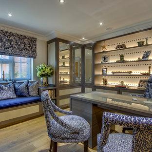 他の地域の中くらいのトランジショナルスタイルのおしゃれな書斎 (ベージュの壁、淡色無垢フローリング、造り付け机、オレンジの床) の写真