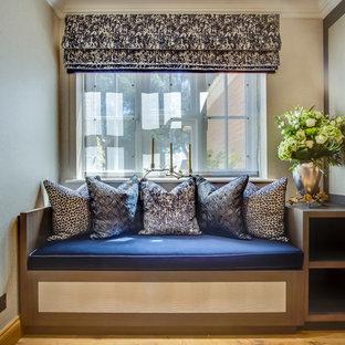 Ispirazione per un ufficio minimal di medie dimensioni con pareti beige, parquet chiaro, scrivania incassata e pavimento arancione