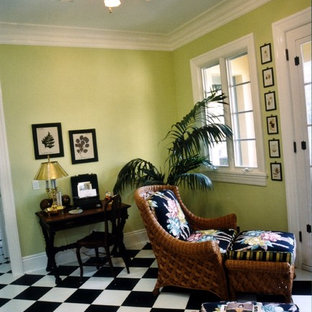 Foto di uno studio tradizionale di medie dimensioni con pareti gialle, pavimento con piastrelle in ceramica, scrivania autoportante e pavimento nero