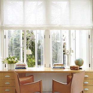 Imagen de despacho actual, de tamaño medio, con paredes blancas y suelo de madera pintada