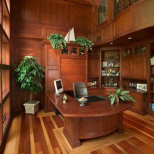 Geräumiges Klassisches Arbeitszimmer mit Arbeitsplatz, brauner Wandfarbe, braunem Holzboden und Einbau-Schreibtisch in Grand Rapids