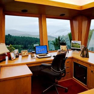 Foto di un ufficio chic con scrivania incassata e pavimento verde