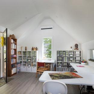 他の地域の広いカントリー風おしゃれなアトリエ・スタジオ (白い壁、淡色無垢フローリング、自立型机、グレーの床) の写真