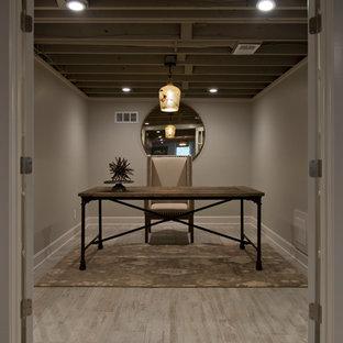 カンザスシティの中サイズのカントリー風おしゃれなホームオフィス・書斎 (グレーの壁、淡色無垢フローリング、自立型机、グレーの床) の写真