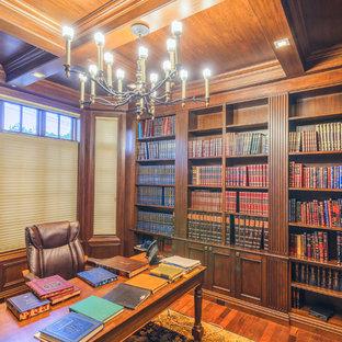 Mittelgroßes Klassisches Lesezimmer mit brauner Wandfarbe, braunem Holzboden, freistehendem Schreibtisch und braunem Boden in New York