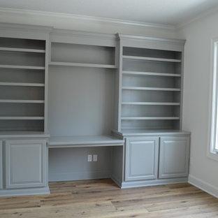 他の地域の中サイズのトラディショナルスタイルのおしゃれな書斎 (白い壁、無垢フローリング、造り付け机、オレンジの床) の写真