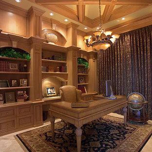 Idéer för mycket stora vintage hemmabibliotek, med beige väggar, travertin golv och ett fristående skrivbord