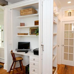 Diseño de despacho clásico con escritorio empotrado