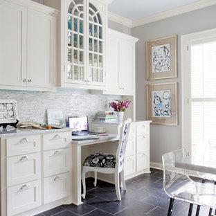 他の地域のトラディショナルスタイルのおしゃれなホームオフィス・仕事部屋 (グレーの壁、黒い床) の写真