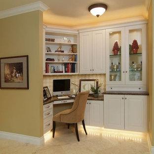 Immagine di un piccolo ufficio tradizionale con pareti gialle, pavimento con piastrelle in ceramica, nessun camino e scrivania incassata