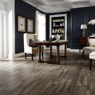 Foto di un ufficio classico di medie dimensioni con pareti nere, pavimento in legno massello medio, nessun camino, scrivania autoportante e pavimento marrone