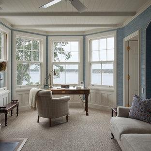 Diseño de despacho clásico, de tamaño medio, con paredes azules, moqueta, chimenea tradicional, marco de chimenea de metal, escritorio independiente y suelo beige