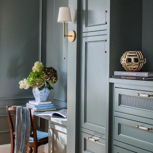 アトランタのトラディショナルスタイルのおしゃれな書斎 (緑の壁、無垢フローリング、造り付け机) の写真