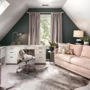Inspiration för klassiska hemmabibliotek, med gröna väggar, heltäckningsmatta, ett fristående skrivbord och beiget golv