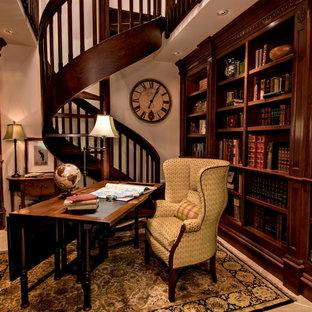 サンフランシスコの中サイズのトラディショナルスタイルのおしゃれなホームオフィス・仕事部屋 (自立型机、ライブラリー、磁器タイルの床、暖炉なし、ベージュの壁) の写真