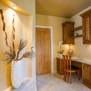 Mittelgroßes Eklektisches Arbeitszimmer ohne Kamin mit Studio, beiger Wandfarbe, Travertin und Einbau-Schreibtisch in Denver