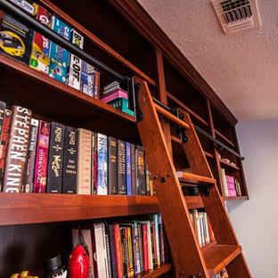 Idee per uno studio chic di medie dimensioni con libreria, pareti blu, pavimento in legno massello medio, nessun camino, scrivania incassata e pavimento marrone