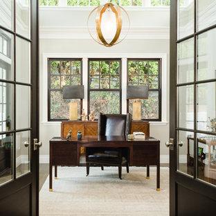 Diseño de despacho tradicional con paredes grises y escritorio independiente