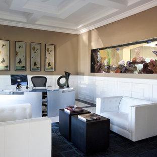 Foto di un ampio ufficio contemporaneo con pareti marroni, pavimento in marmo, nessun camino, scrivania autoportante e pavimento multicolore