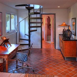 Idée de décoration pour un bureau méditerranéen avec un sol en carreau de terre cuite, un mur blanc, un bureau indépendant et un sol rouge.