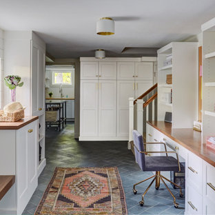 他の地域の中くらいのカントリー風おしゃれなクラフトルーム (白い壁、スレートの床、造り付け机、グレーの床、塗装板張りの壁) の写真