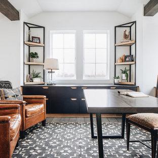 Неиссякаемый источник вдохновения для домашнего уюта: кабинет среднего размера в стиле современная классика с белыми стенами, темным паркетным полом, отдельно стоящим рабочим столом, коричневым полом и балками на потолке