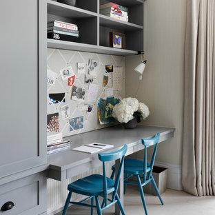 Diseño de despacho clásico renovado con paredes beige y escritorio empotrado