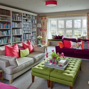 他の地域の中サイズのトランジショナルスタイルのおしゃれなホームオフィス・仕事部屋 (ライブラリー、ベージュの壁、カーペット敷き、グレーの床) の写真