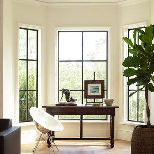 Imagen de despacho tradicional renovado con paredes beige, escritorio independiente, suelo de madera clara y suelo beige