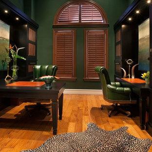 マイアミのトランジショナルスタイルのおしゃれなホームオフィス・書斎 (造り付け机、淡色無垢フローリング、緑の壁、暖炉なし) の写真