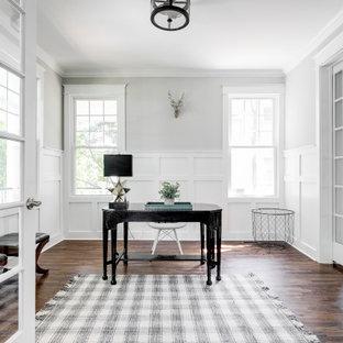 Diseño de despacho boiserie, clásico renovado, de tamaño medio, boiserie, con paredes grises, escritorio independiente, suelo marrón, suelo de madera oscura y boiserie