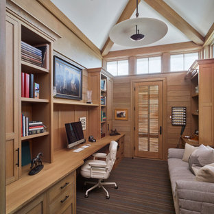Inredning av ett maritimt mellanstort hemmabibliotek, med heltäckningsmatta och grått golv