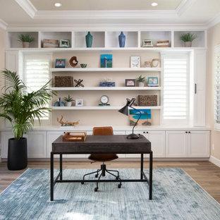 サンディエゴのトランジショナルスタイルのおしゃれなホームオフィス・書斎 (クッションフロア) の写真