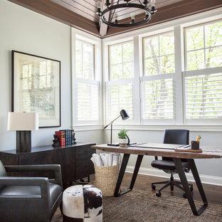 Klassisches Arbeitszimmer mit weißer Wandfarbe, braunem Holzboden, freistehendem Schreibtisch und braunem Boden in Chicago
